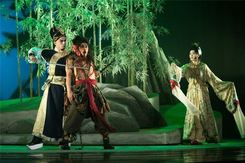 """A scene in """" Rashomon """" (2014).( Zhao Yang-giang / Dai Li-wu as Man , Lin Ting-yu as Woman and Yang Yu-jng as Robber )"""