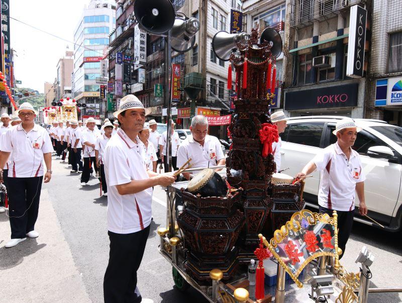 小鼓則是整個樂團的總指揮。