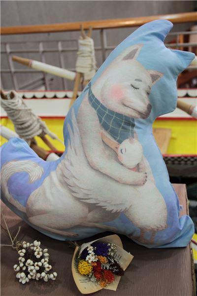 〈擁抱〉《臺灣兒童文學叢書‧雪地和雪泥》抱枕PILLOW ●售價:新臺幣NT500元