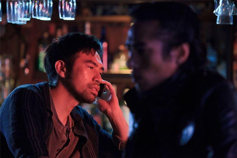 他沮喪地來到吧臺喝上一杯馬丁尼洩恨,這時他想起了那些聲稱不懂他的女朋友們,