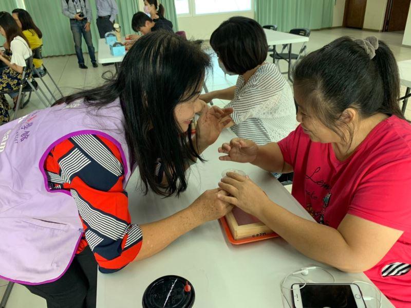 美學館志工協助視障者進行手抄紙DIY體驗