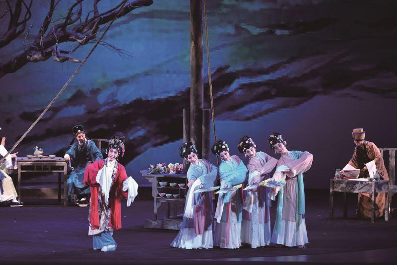 圖為國光劇團演出的《快雪時晴》,古今時空交織,將幾個朝代的偏安與烽火戰場,對比國民政府來臺,格外引人共鳴。