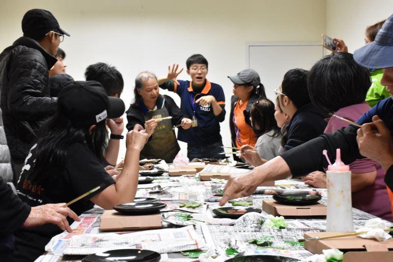 108傳藝友善導覽-接班人駐園工藝師講解漆盤拓葉的製作過程(小)