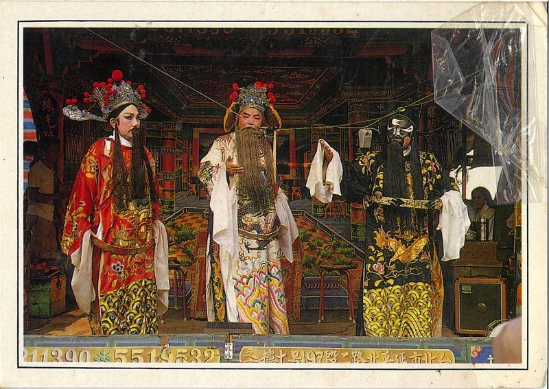 左右兩位演員身著勝興刺繡莊所製作的京劇戲服。