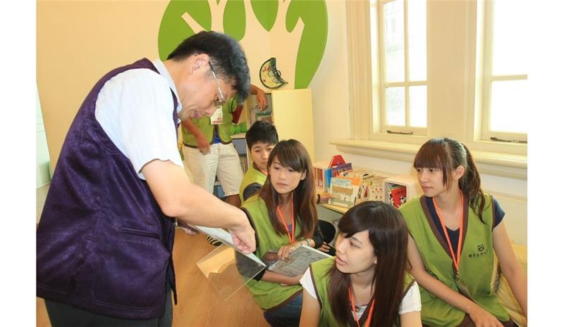 台文館館員張江洪(左)指導崑山科大學學生整理書籍。
