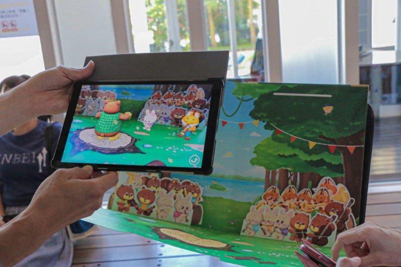 透過平板看到「臺灣音樂AR多感官繪本」中的畫面
