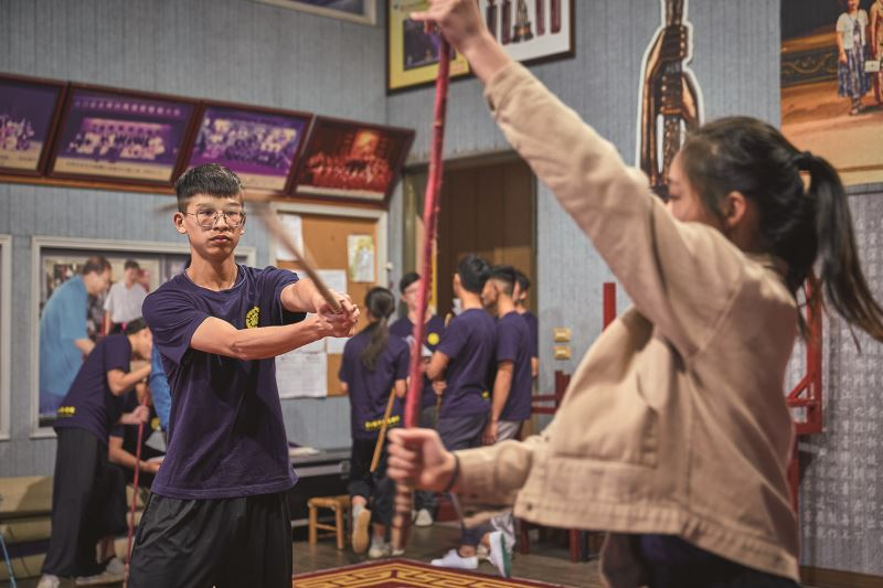 為凝聚劇團的力量、感情,劇團內有老中青三代如同家人般,彼此互相照顧與學習。