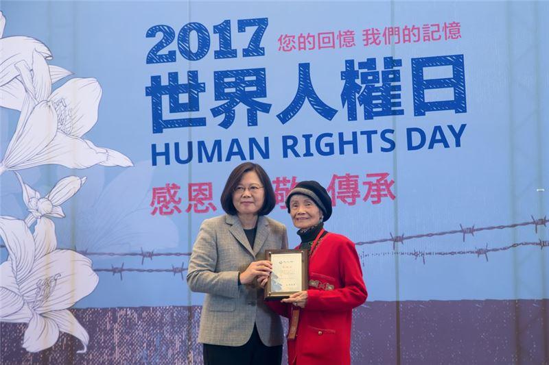 總統頒發文物捐贈感謝狀予受難者前輩黃秋爽女士