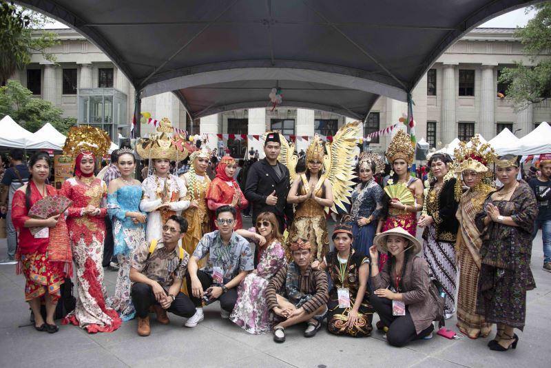 印尼移工穿著代表印尼多元傳統文化的服裝齊聚臺博館前