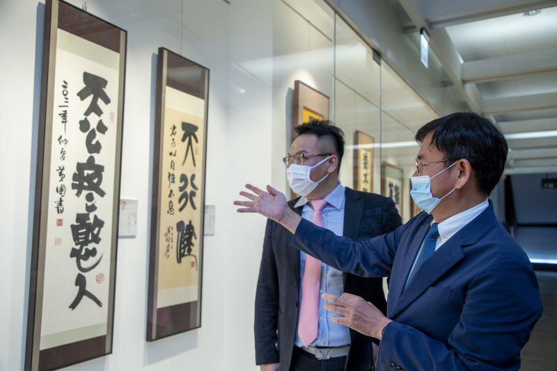 藝術家黃國書立委(右)及策展人葉國新介紹作品「天公疼憨人」的風格呈現