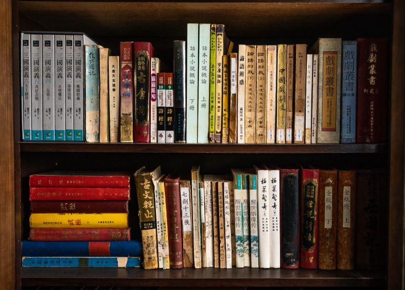 王振全收藏不少表演用書,每本都使用到非常陳舊。