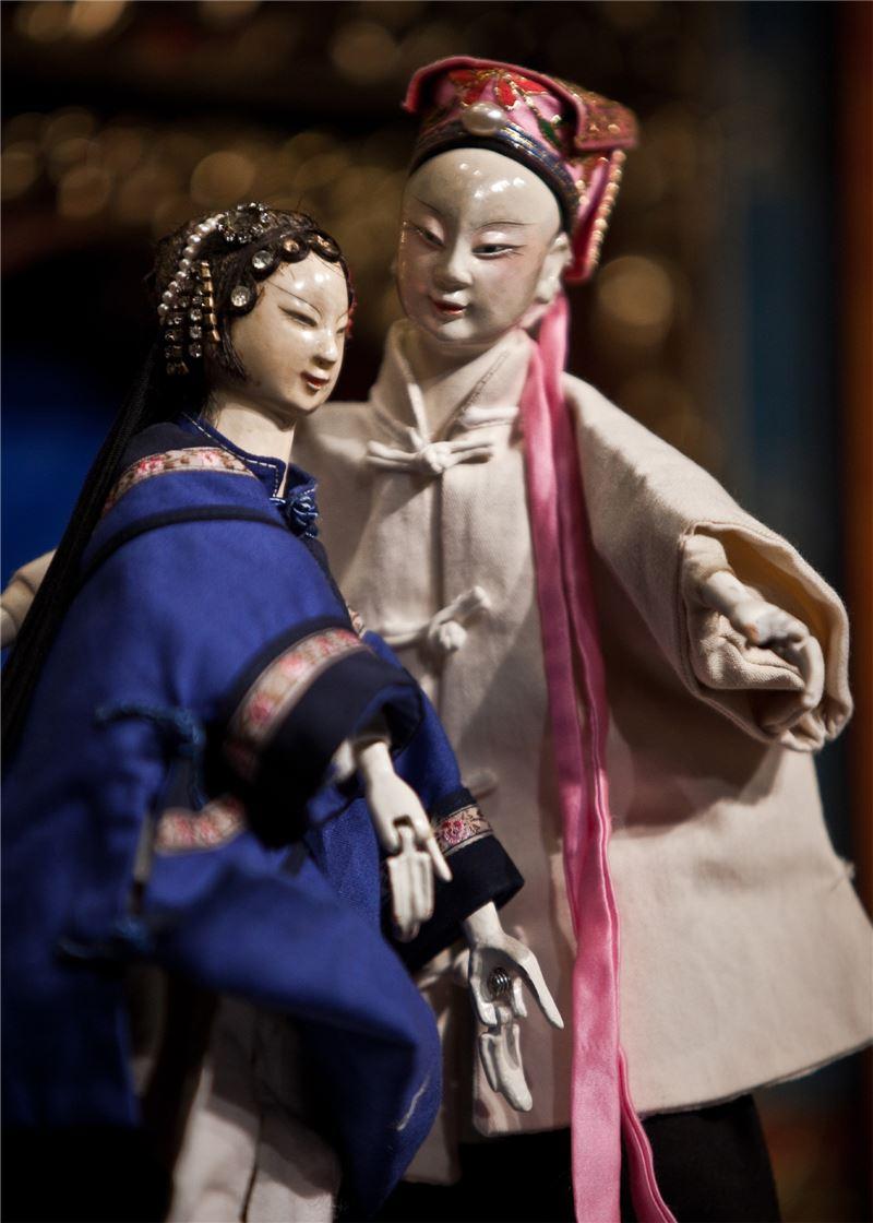 《三郎賣茶》改編陳錫煌經典劇目『巧遇姻緣』,並結合賴碧霞客家採茶戲『問卜』的獨特唱唸