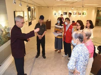 梁永斐館長於員工志工藝文展說明國畫與書法相通的技法