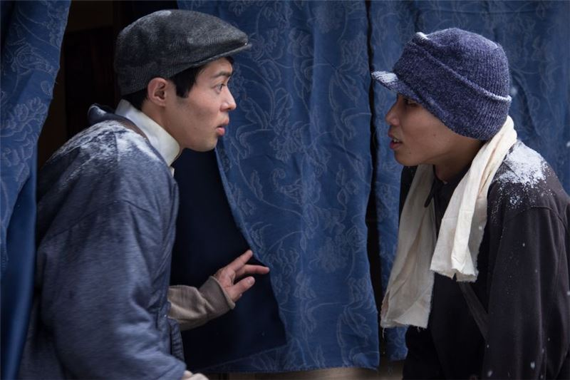 Set in Japan: On a bitter cold day with heavy snow, YANG, from Taiwan, goes to a newspaper office to apply for a paperboy job. The boss states that he must pay 10 yen deposit to start working immediately. YANG only has 6 yen so the boss says he will make an exception because he pities him. However, after 20 days the owner claims bad sales, and fires YANG for not working hard enough.
