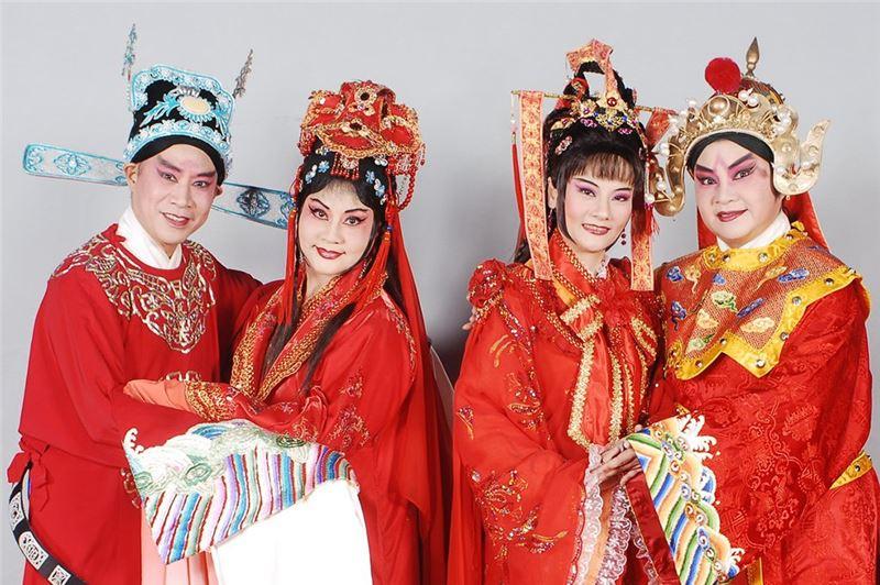 《拜月亭》演出照片。(朱陸豪飾蔣世隆、王海玲飾王瑞蘭、蕭揚玲飾蔣瑞蓮、朱海珊飾陀滿阿福)(2008)