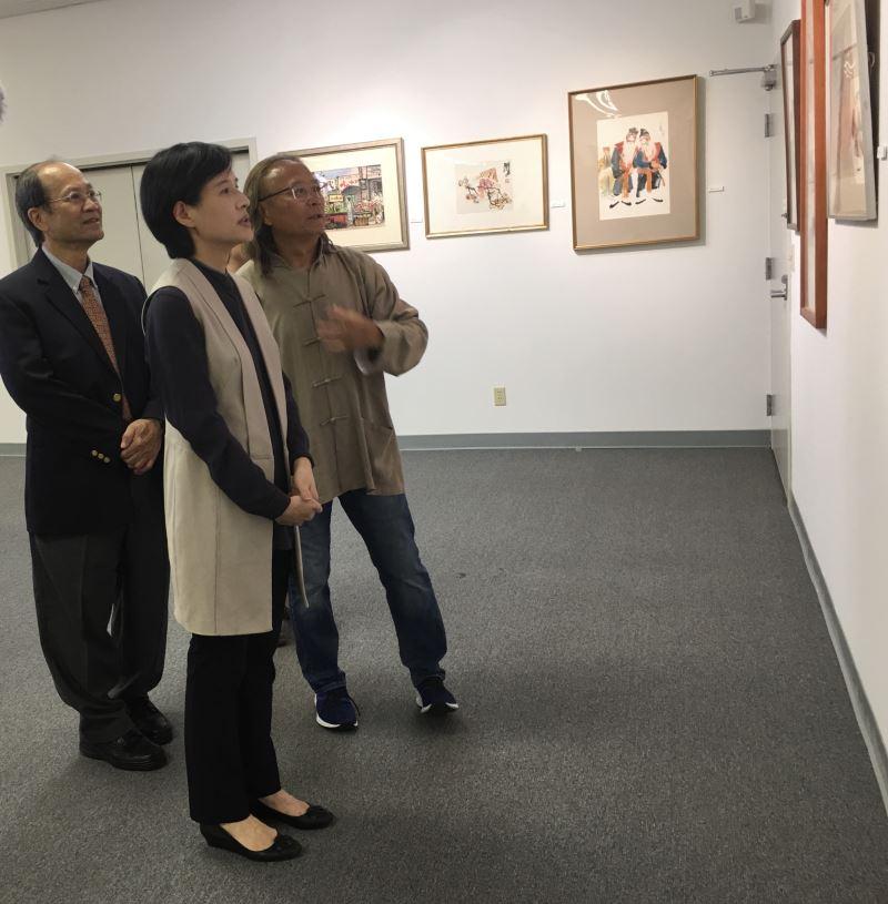 在順天美術館陳飛龍館長(右1)導覽下,許照信董事長(左1)陪同鄭麗君部長參觀館藏