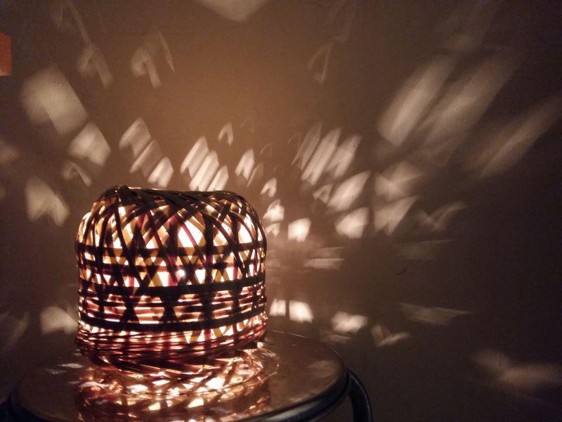 傳統竹編工藝配上燈光,呈現出不同的光影效果。