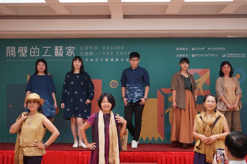 社區工藝團隊穿戴上自製的時尚服飾走秀表演