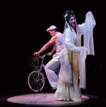 《柳‧ 夢‧ 梅》的舞台裝置給予傳統戲曲視覺上的全新體驗。