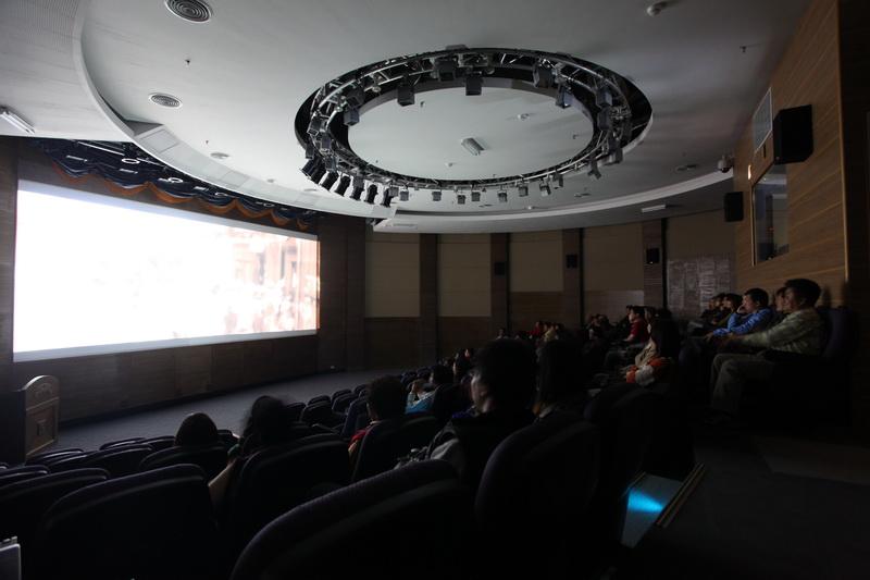 圓形劇場寬闊座席可以容納135人,平時播映博物館簡介以及「斯土斯民:臺灣的故事」動畫,作為觀眾入館第一站。