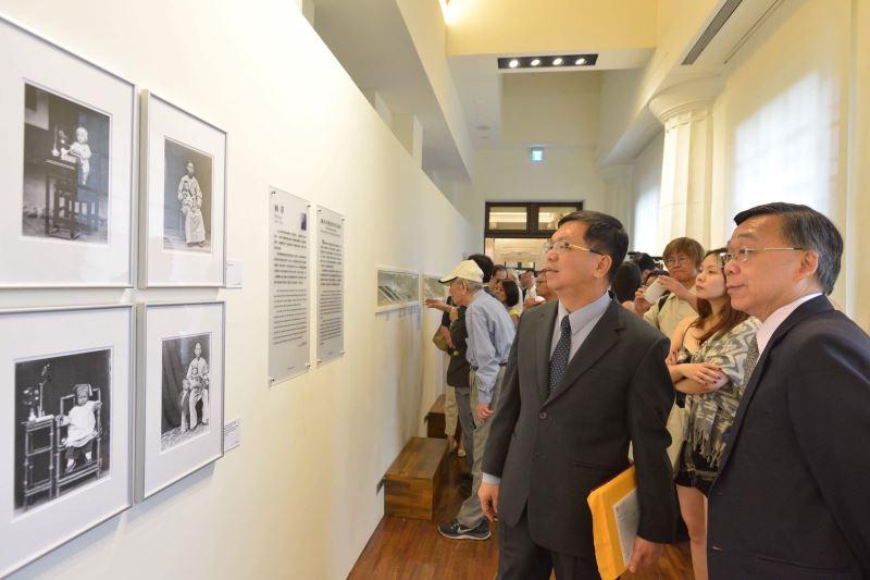 圖2_文化部常務次長李連權臺博館館長洪世佑與攝影家家屬參觀特展