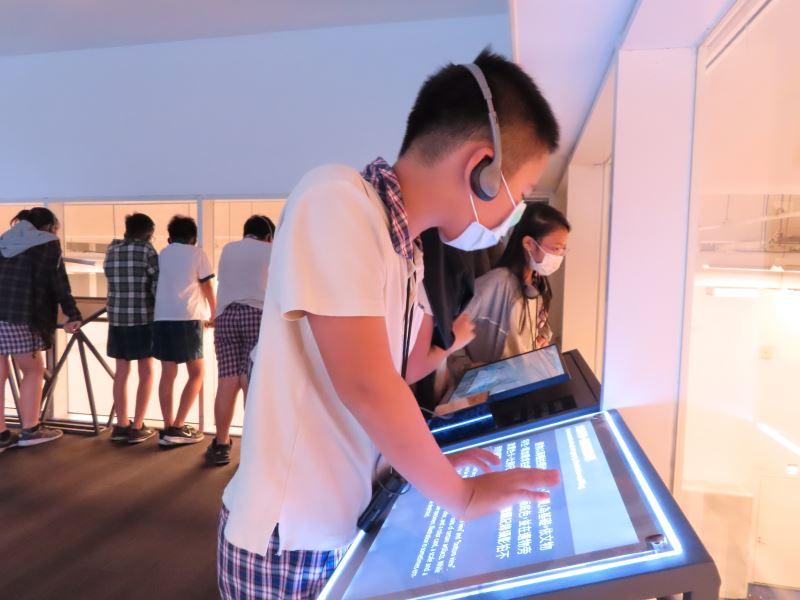 學童參觀考古館秘室