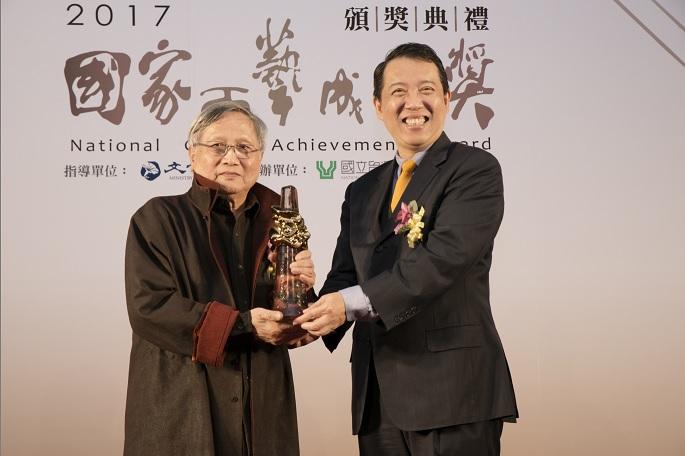 圖四、文化部政務次長楊子葆授獎予張憲平老師