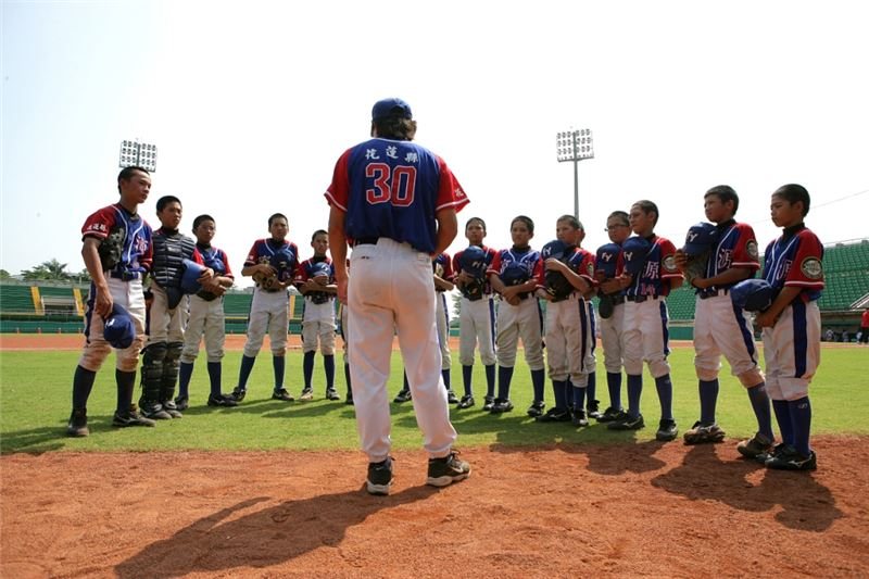 With the national championship in sight, and under the iron-fisted rule of coach Chang, everyone on the team throws himself into rigorous and intensive training. After the final baseball game, the kids will graduate, bid farewell to childhood and prepare for the trials and toils of their teenage years in junior high school.