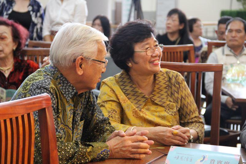 張福英後代家屬,孫子林南星與孫媳蔡寶珍出席展覽開幕典禮