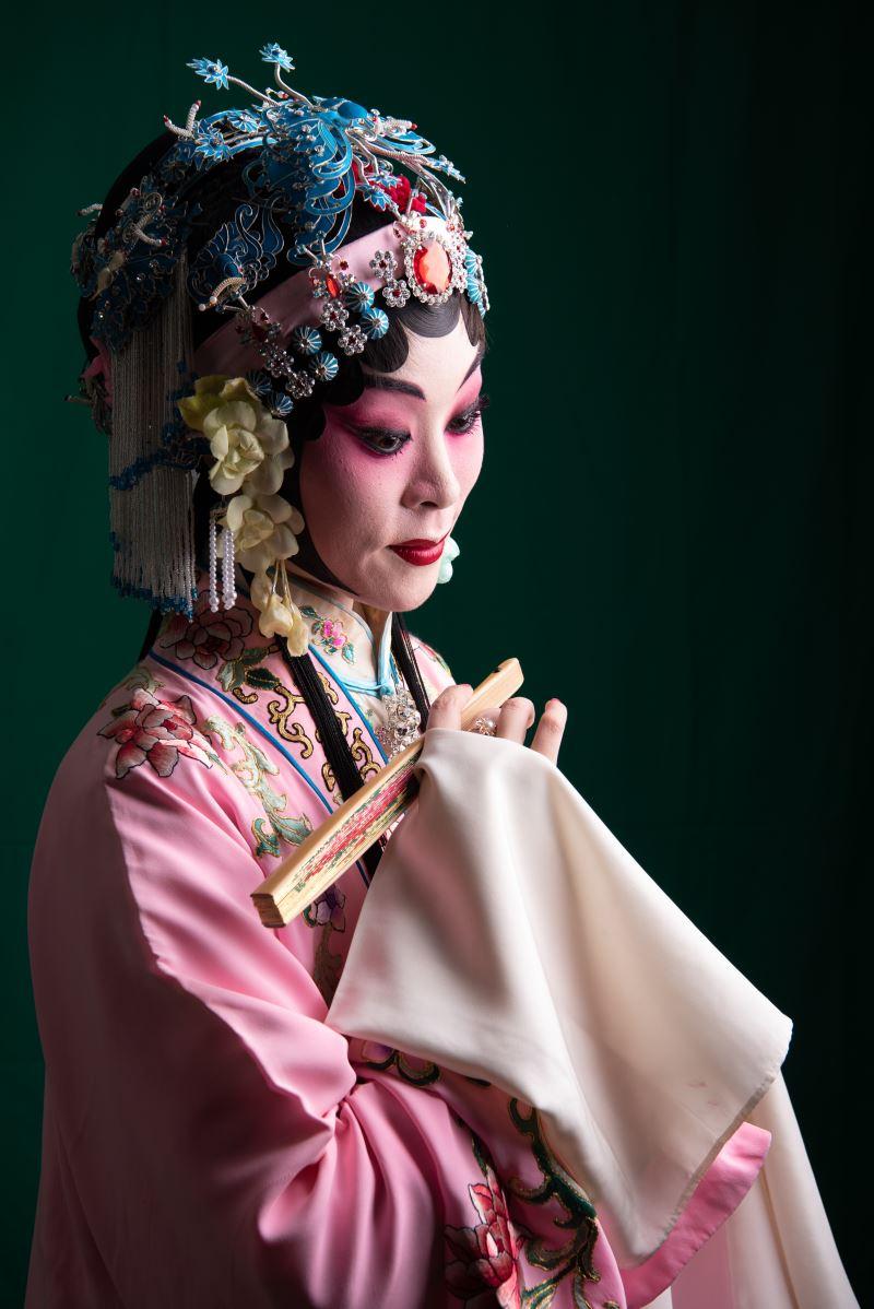 無論是各行當的表演程式差異,還是演員的內心想法都能用扇子演繹;圖為臺灣崑劇團《遊園》生角用扇劇照。