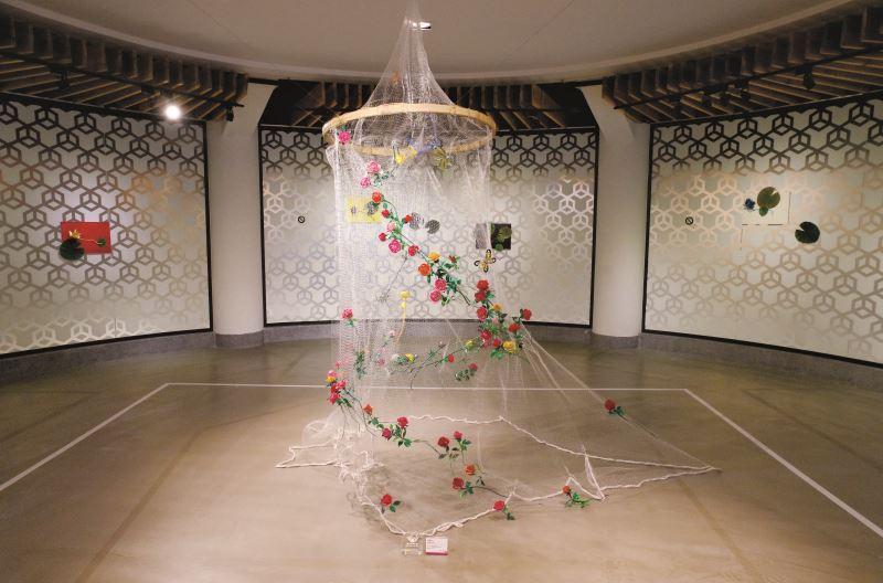 〈玫瑰七十〉是陳惠美「七十芳華」個展的主題作品,以70朵玫瑰與各式蝴蝶綴飾於手拋網之上,纏花如同懸浮於空中飛舞旋轉。