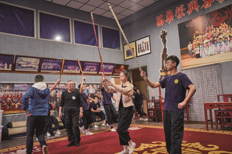 鄭榮興老師特別邀請國寶級客家劇大師王慶芳老師來教導年輕學生排練老戲碼《取木棍》。