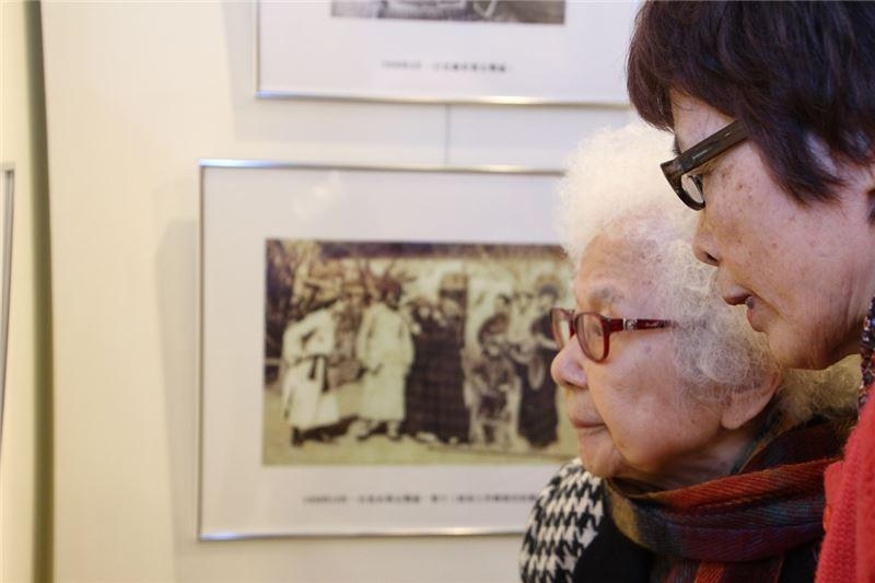 同為白恐受難者的廣播界聞人崔小萍女士出席特展開幕,感謝白克當年提供電影布景支持她的舞台劇演出