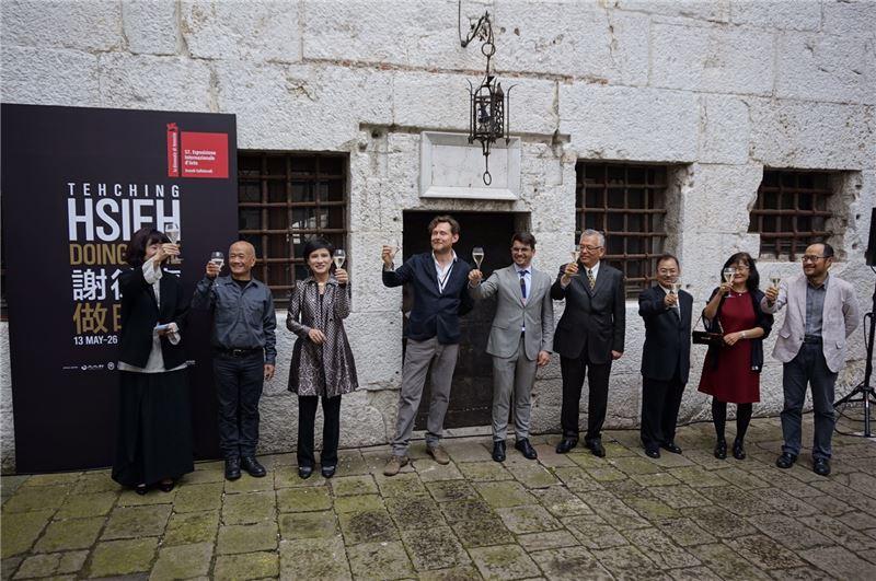 ㄧ同出席本屆威尼斯雙年展開幕典禮的貴賓,左起為北美館林平館長、藝術家謝德慶、鄭麗君部長、 策展人亞德里安及駐義大利代表處代理館長謝俊得(右三)、北市文化局長鍾永豐 (右一)