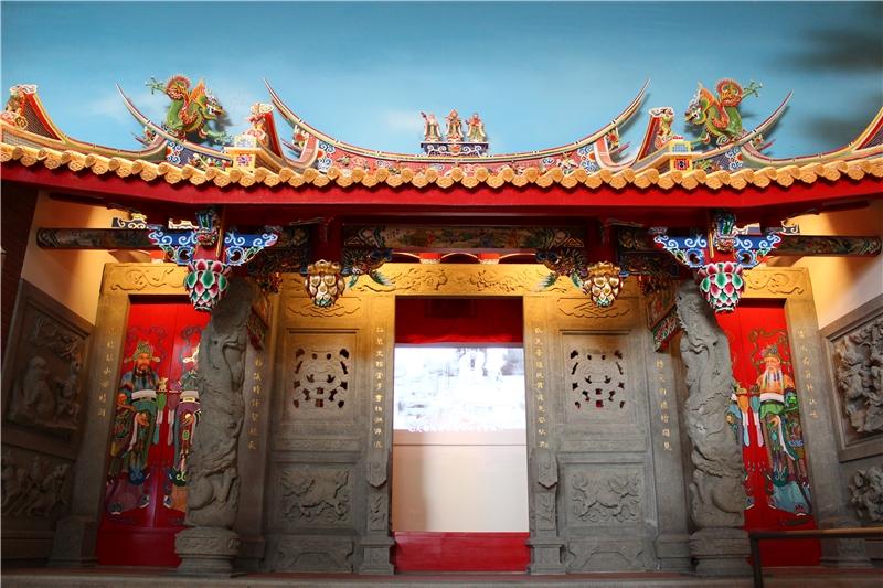 精緻的廟宇造景,廟前的龍柱、石鼓、壁堵都有細緻的石雕,屋頂上細緻華麗的雕飾等,呈現了臺灣常見的傳統廟宇特色形式,搭配影片說明日本時代臺灣全島性宗教活動的出現。