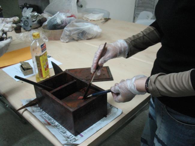 天然漆藝研習班學員清潔漆藝用具