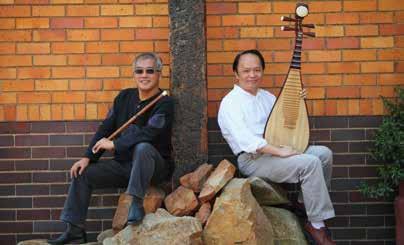陳中申與好友琵琶名家王世榮在南非演出,展現國樂之美。