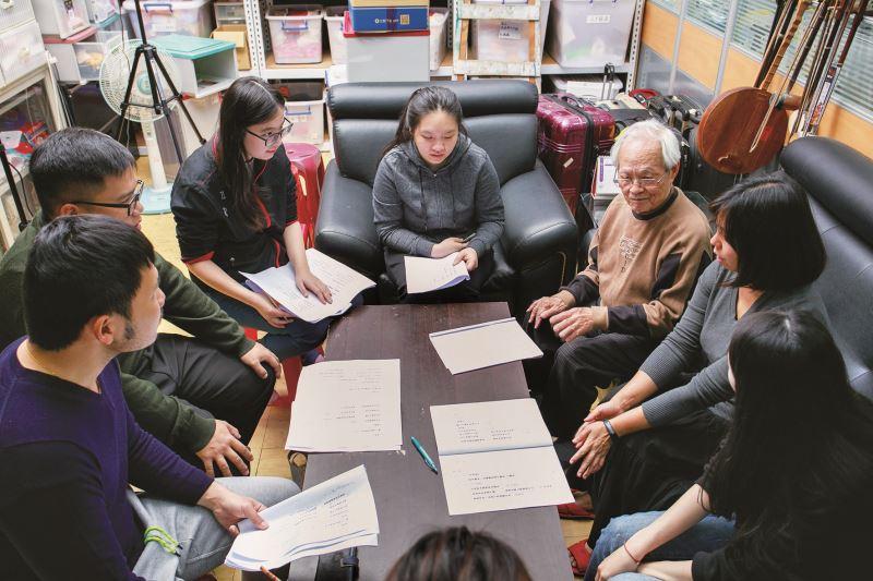 謝琼崎協助邱火榮老師,在延樂軒進行北管樂演奏的教學。