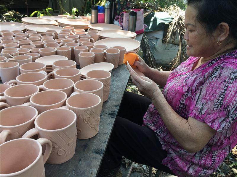 社區媽媽製作陶藝過程