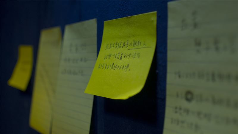 在放映之餘,小象會為貼滿牆的場景紙卡進行潤飾。