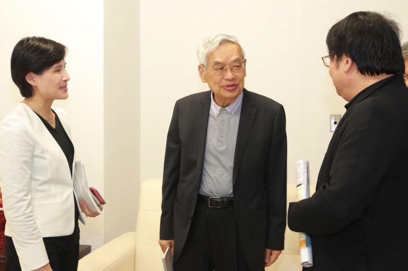 中研院院士曾永義教授(中)、國家表演藝術中心董事長朱宗慶(右)與鄭麗君部長於演出前交流。