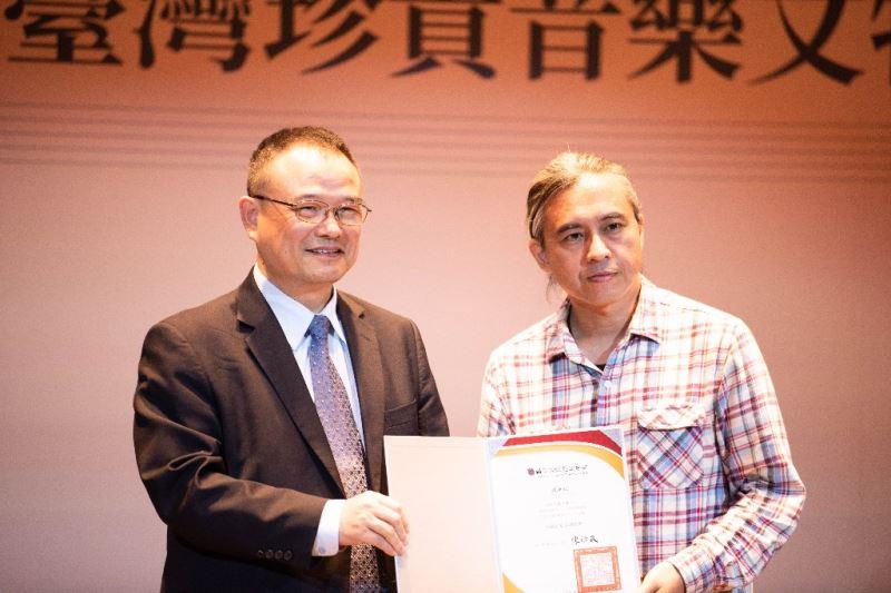 文化部蕭宗煌次長致贈感謝狀予傳統音樂推廣學者辛晚教之子:辛建宗先生