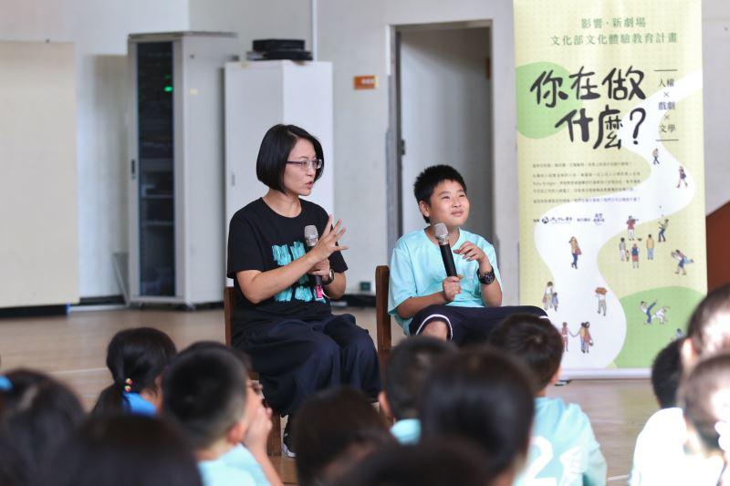 「影響‧新劇場」團長呂毅新(左)引導學童敘述上學時印象深刻的一件事-1