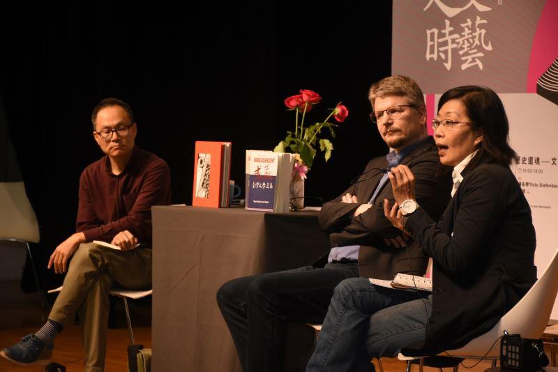 第二場讀書會,左起詩人鴻鴻、德國作家Thilo Diefenbach(蔣永學)、彰師大美術系教授吳介祥