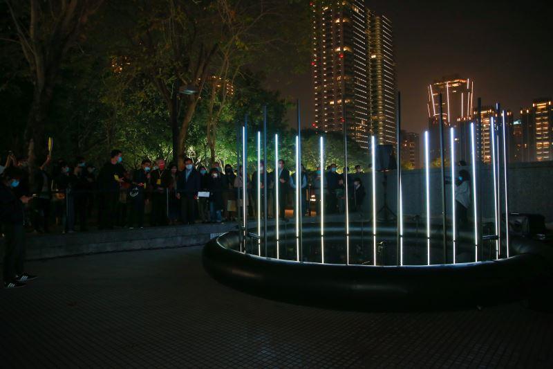 開幕式民眾參觀〈環形邊境〉作品_