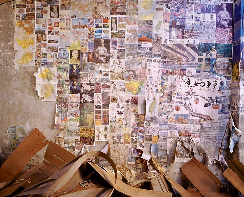 陳伯義〈遺留(高雄 紅毛港 海汕四路 D359)〉2006 雷射輸出彩色相紙 100×125 cm
