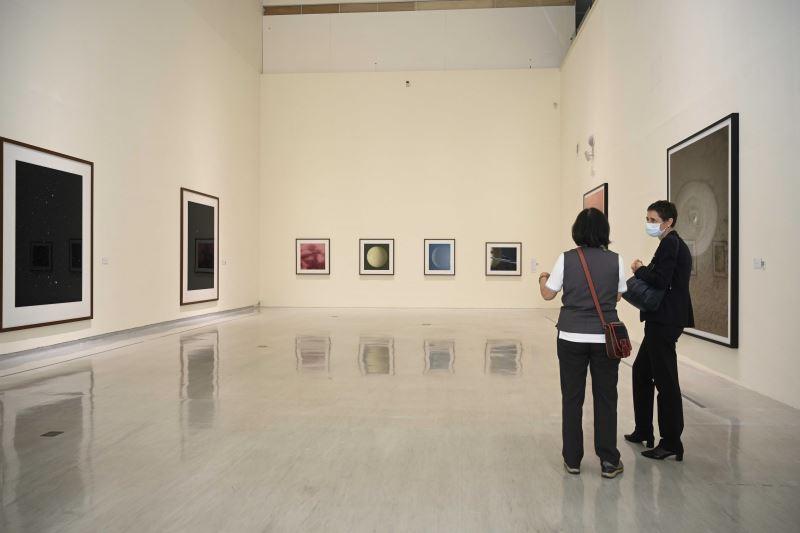 國美館資深志工為萊貝絲副處長導覽「影像之後:湯瑪斯.魯夫1989-2020攝影作品展」