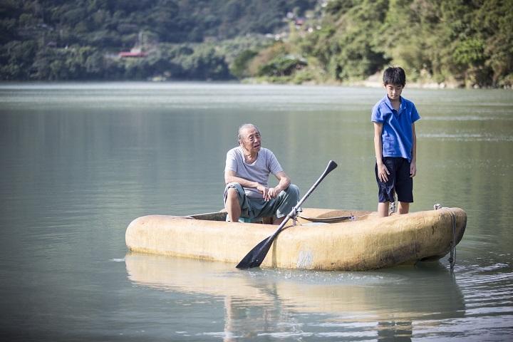 暑假來臨,爸爸送管小寶至屈尺陪伴獨居的爺爺。