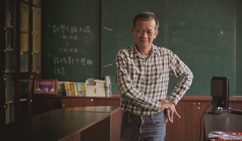 林茂賢親自示範歌仔戲的身段。