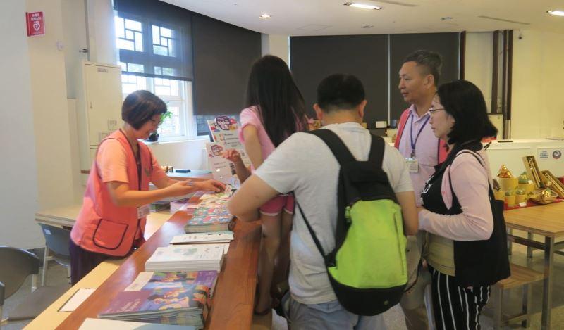 2樓服務台志工忙著介紹本分館各項展覽內容